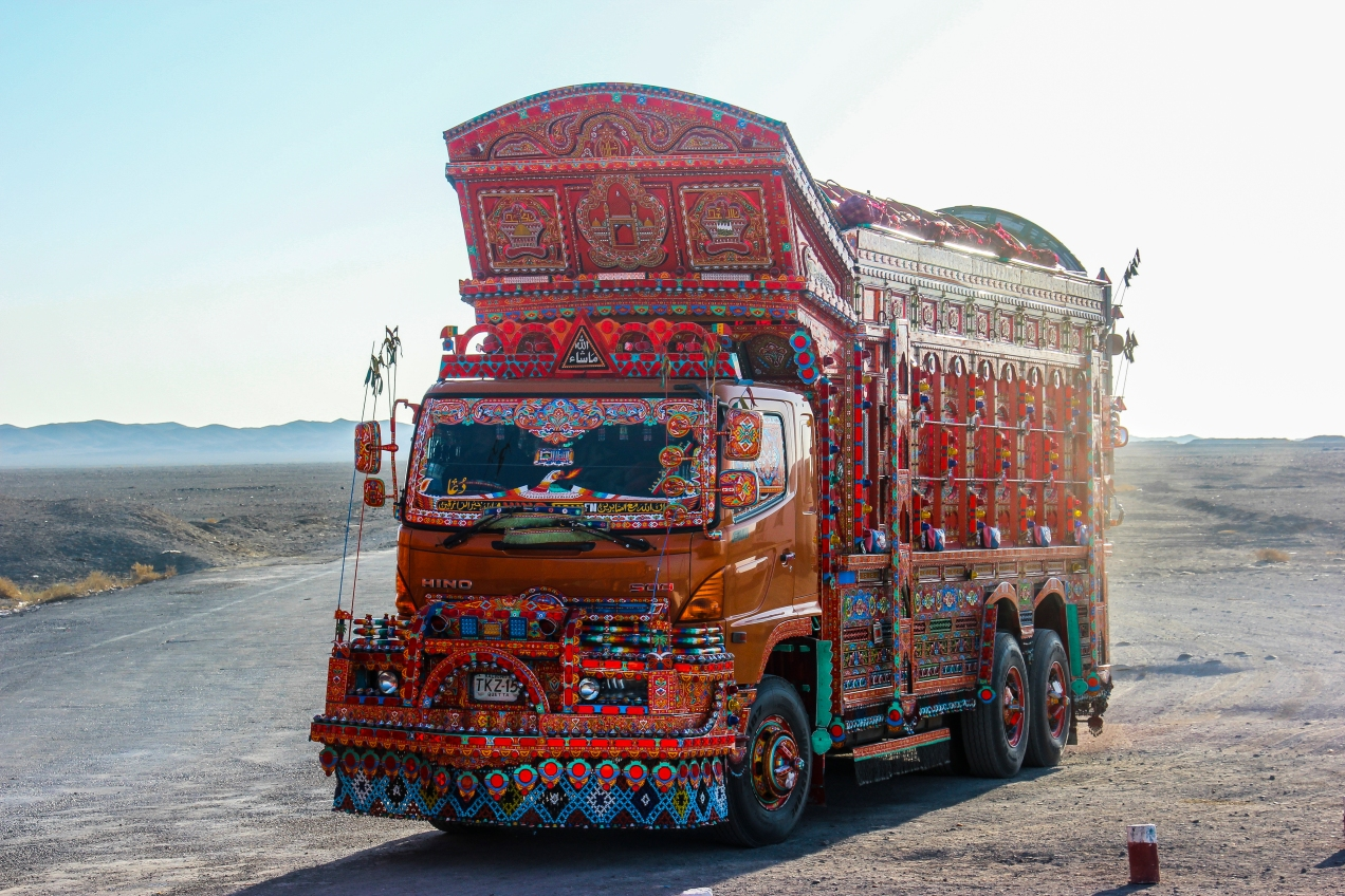 The culture difference hits me in the face as soon as i entered Pakistan with one of its many decorated cargo-trucks.